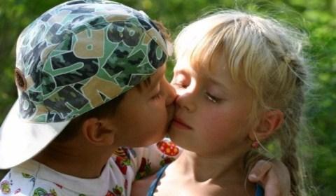 мальчики целуются с девочками голые